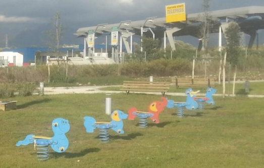 Il parco giochi accanto alla discarica foto Cra