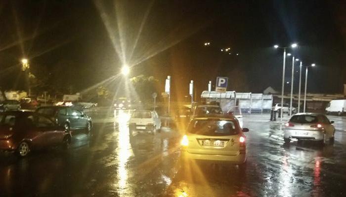 Terremoto avvertito a Tivoli, persone in largo Saragat. Foto Avrst