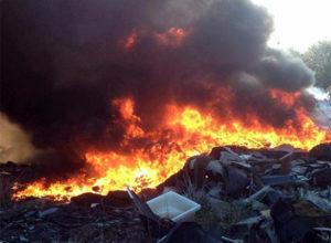 Incendio a Stacchini, torna a bruciare l'immondizia nell'area dell'ex baraccopoli a Tivoli Terme
