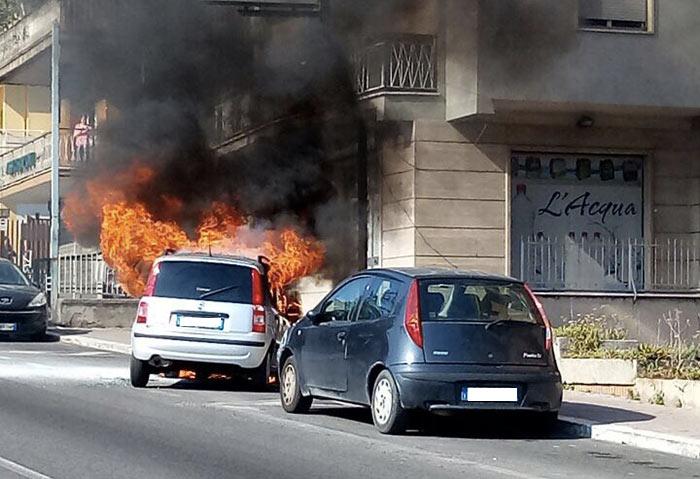 Tiburtina bloccata, l'auto in fiamme