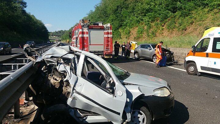 Incidente sull'A24: auto ribaltata dopo maxi tamponamento, morta una donna