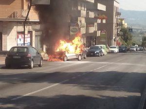 Tiburtina bloccata, auto in fiamme
