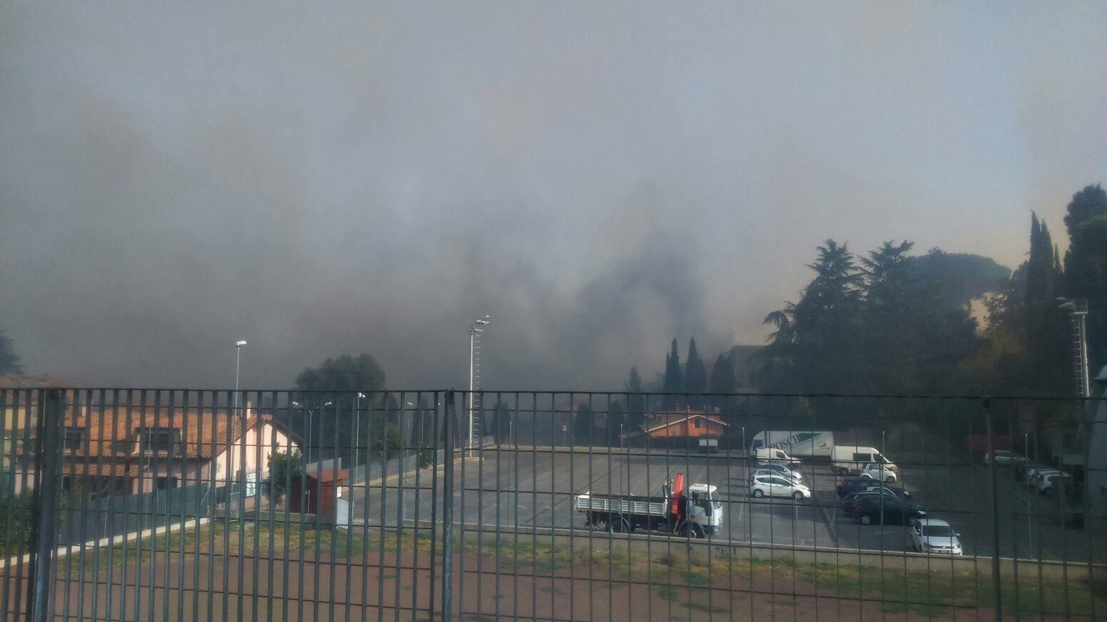 Vasto incendio tra Capena e Morlupo, 150 evacuati