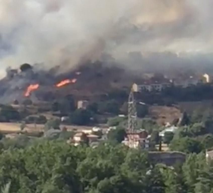 Le fiamme vicino le abitazioni di via Monti Lucretili
