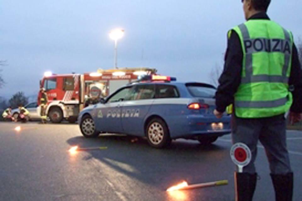 Operaio muore investito da un camion sulla A24, traffico bloccato