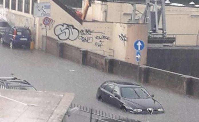 Temporale a Tivoli, la situazione a via Roma. Un'auto è rimasta bloccata davanti la diga