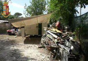 Tra l baracche trovate cataste di rifiuti e materiali ferrosi