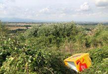 Frigorifero buttato su via di Pomata. Foto GOS