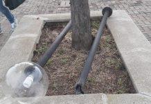 I lampioni divelti nella scuola di Borgonuovo