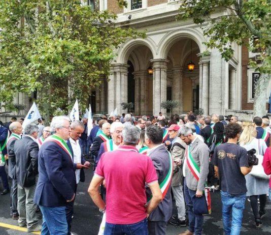 La manifestazione sotto al Ministero dei Sindaci di oltre 100 comuni contro il caro pedaggi sull'A24 e A25