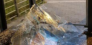 Vetri rotti alla pensilina del Cotral. Foto facebook