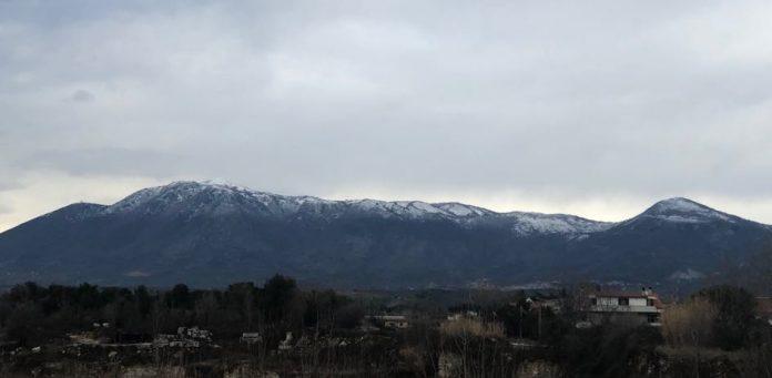 """Arriva la neve sui monti intorno a Tivoli. Oltre al suggestivo paesaggio dell'area tra monte Sterparo e monte Gennaro, nei comuni più alti della valle dell'Aniene si sono registrati i primi disagi. CAPRANICA PRENESTINA In uno dei comuni più alti della provincia di Roma, Capranica Prenestina, i volontari della Protezione Civile Monti Prenestini sono stati impegnati nella serata di mercoledì per sgombera la neve e spargere il sale. """"Un ringraziamento agli amici della Protezione Civile di Pisoniano – hanno commentato i volontari di Capranica Prenestina - per il loro prezioso ausilio. Le strade sono percorribili ma raccomandiamo sempre la massima prudenza"""". PERCILE Neve anche sulla licinese, sopra Mandela. """"Attenzione pericolo neve e ghiaccio per chi si dirige verso Percile-Orvinio. Prestare molta attenzione"""" l'allerta lanciata dai volontari Anvvfc di Vicovaro."""