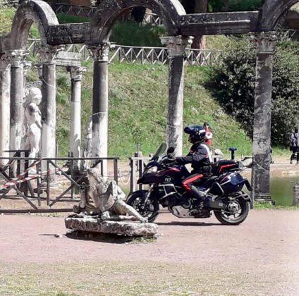 Un carabinieri motociclista al Canopo a Villa Adriana