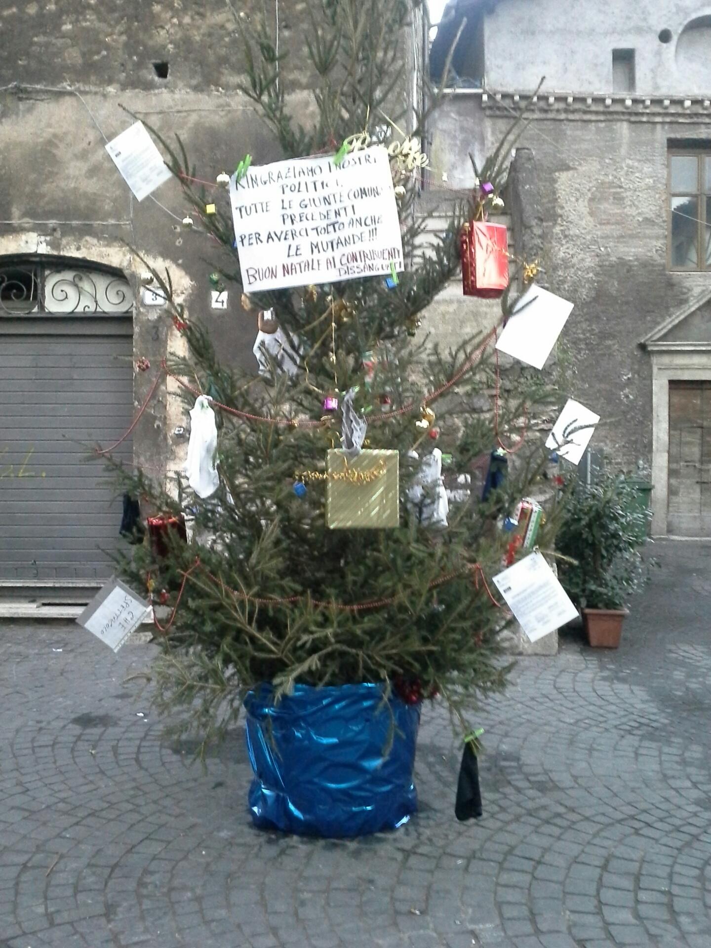 vendita più economica sito autorizzato shopping Tivoli: albero di Natale contro il